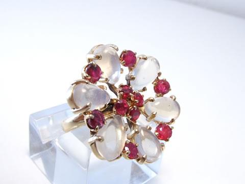 ルビーとムーンストーンのアンティーク指輪(花、アールデコ1930年代)