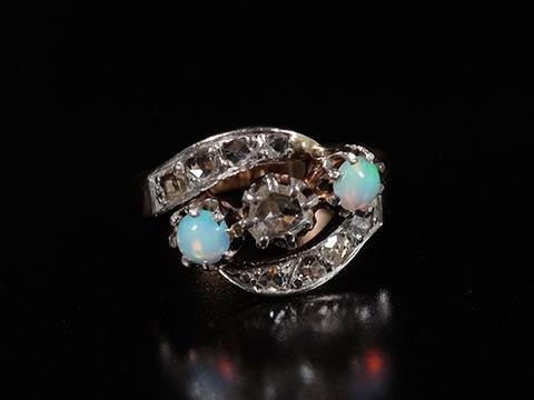 オーストラリア産オパールアンティーク指輪(ダイヤモンド、トリロジーリング)