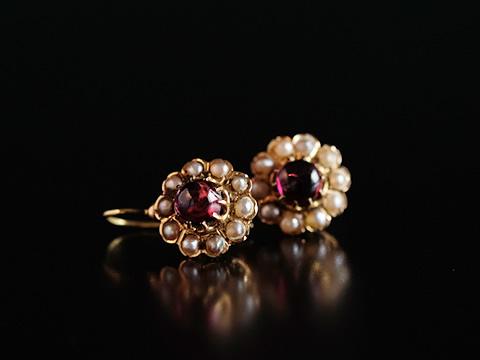 カボションガーネットのアンティーククラスターピアス(真珠)