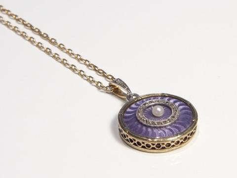 ギロッシュエナメルアンティークロケットペンダント(金細工、ダイヤモンド、真珠)