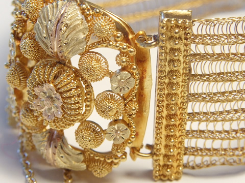 金の刺繍カンティーユの金細工ブレスレット(1820年頃、カラーゴールド、ゴールドメッシュ)