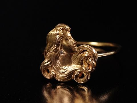 アールヌーボー女性像の指輪(自然主義、1890-1900年頃)