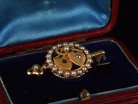 ヴィクトリアン、ダブルハートと鍵のブローチ(19世紀後期/イギリス/ルビー、ダイヤモンド)