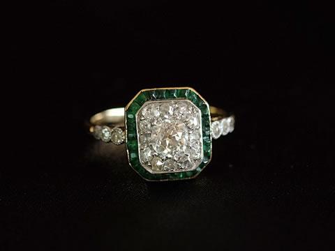 カリブレカットエメラルドのアールデコリング(クッションシェイプダイヤモンド)